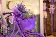 淡紫色自行车和花 免版税库存图片