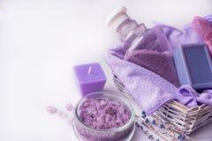 淡紫色花,油,盐 秀丽温泉概念 您的题字的地方 库存图片