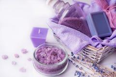 淡紫色花,油,盐 秀丽温泉概念 您的题字的地方 免版税库存图片