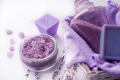 淡紫色花,油,盐 秀丽温泉概念 您的题字的地方 库存照片