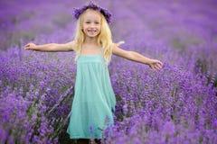 淡紫色领域的美丽的女孩 免版税库存图片