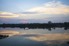 淡色云彩的反射在河的 库存照片