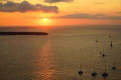 淡色日落风景海景在有帆船剪影、抽象云彩和光反射的浩大的爱琴海 免版税图库摄影
