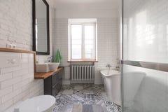 淡色的卫生间和裸体上色壮观的浴 免版税图库摄影