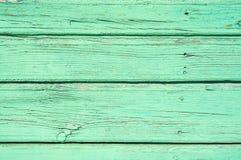 淡色绿色弄脏了与水平的平行的委员会的木背景纹理 库存照片