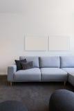 淡色蓝色沙发的垂直的图象有上面空白的艺术品的 图库摄影