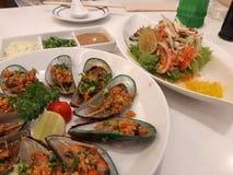 淡菜和三文鱼沙拉 免版税库存照片