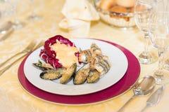 淡菜开胃菜面包用桃红色调味汁 库存图片