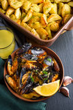贝类淡菜用芹菜、大蒜和柠檬 高视角视图 免版税图库摄影