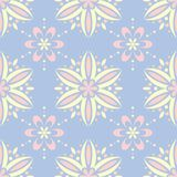 淡蓝的无缝的背景 蝴蝶下落花卉花重点模式黄色 库存照片