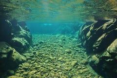 淡水岩石和小卵石水下的河的明白 免版税图库摄影