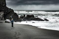 淡水岩石海滩加利福尼亚太平洋海岸的游人 库存图片