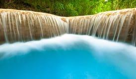 淡水河从光滑的瀑布小瀑布流动并且落 库存照片