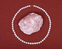 淡水珍珠项链和桃红色蔷薇石英宝石 库存图片