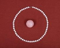 淡水珍珠项链和桃红色蔷薇石英球 免版税图库摄影