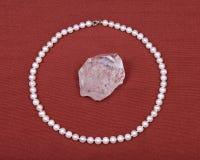淡水白色珍珠项链和水晶石英宝石 免版税库存照片
