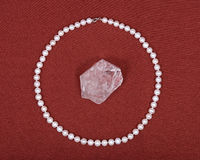 淡水白色珍珠项链和水晶石英宝石 库存图片