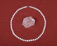 淡水白色珍珠项链和水晶石英宝石 图库摄影
