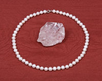 淡水白色珍珠项链和水晶石英宝石 库存照片