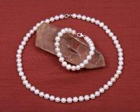 淡水白色珍珠项链和水晶石英宝石 免版税库存图片