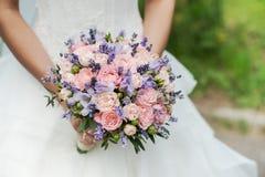 淡紫色、玫瑰和牡丹婚礼花束  库存图片