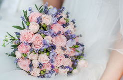 淡紫色、玫瑰和牡丹婚礼花束  免版税库存照片