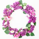 淡紫色分支和郁金香圆的花卉框架在白色背景 平的位置,顶视图 夏天样式 库存图片
