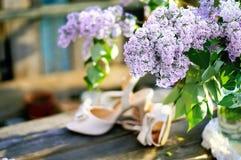 淡紫色和新娘鞋子 免版税库存照片
