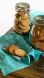 淡紫色和榛子曲奇饼在桌布和餐巾和在ja 免版税库存图片