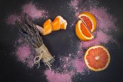 淡紫色和葡萄柚温泉构成 免版税图库摄影
