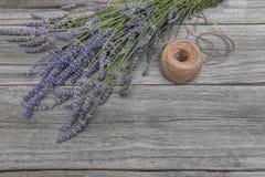 淡紫色和螺纹花束在一张木桌上 免版税库存照片