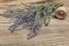 淡紫色和螺纹花束在一张木桌上 库存照片