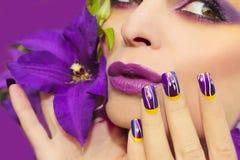淡紫色夏天构成和修指甲 免版税图库摄影