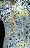 淡黄色女傧相的细节穿戴与小珠和金垂饰 免版税库存照片