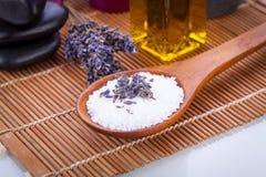 淡紫色按摩油和腌制槽用食盐芳香疗法健康 库存图片