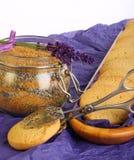 淡紫色曲奇饼用糖和花在紫色纸 免版税库存图片