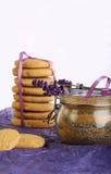 淡紫色曲奇饼用糖和花在紫色纸 库存图片