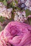 淡紫色有条纹的围巾在螺旋状态。 图库摄影