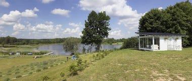 淡紫色村庄和湖 免版税库存照片