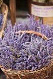 淡紫色束起卖在一个室外法国市场上 图库摄影