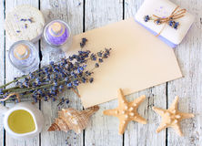 淡紫色温泉设置了与肥皂,淡紫色花, seastars,油,盐 库存照片