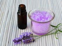 淡紫色糖洗刷与精油,镇定护肤 免版税库存图片