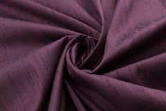 淡紫色背景豪华布料或难看的东西丝绸纹理缎天鹅绒波浪折叠  免版税库存照片