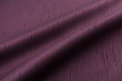 淡紫色背景豪华布料或难看的东西丝绸纹理缎天鹅绒波浪折叠  库存照片