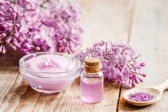 淡紫色自然化妆用品为温泉设置了有盐木桌背景 图库摄影