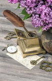 淡紫色花和古色古香的辅助部件 免版税库存照片
