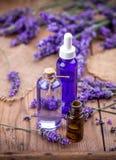 淡紫色花和精油 免版税库存照片