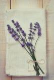 淡紫色花束在毛巾的 库存图片