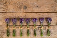 淡紫色花束在老土气木背景的 免版税库存照片