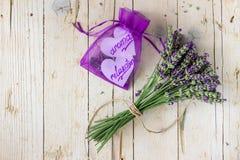 淡紫色花束 碗构成浮动的gerber温泉向毛巾扔石头 图库摄影